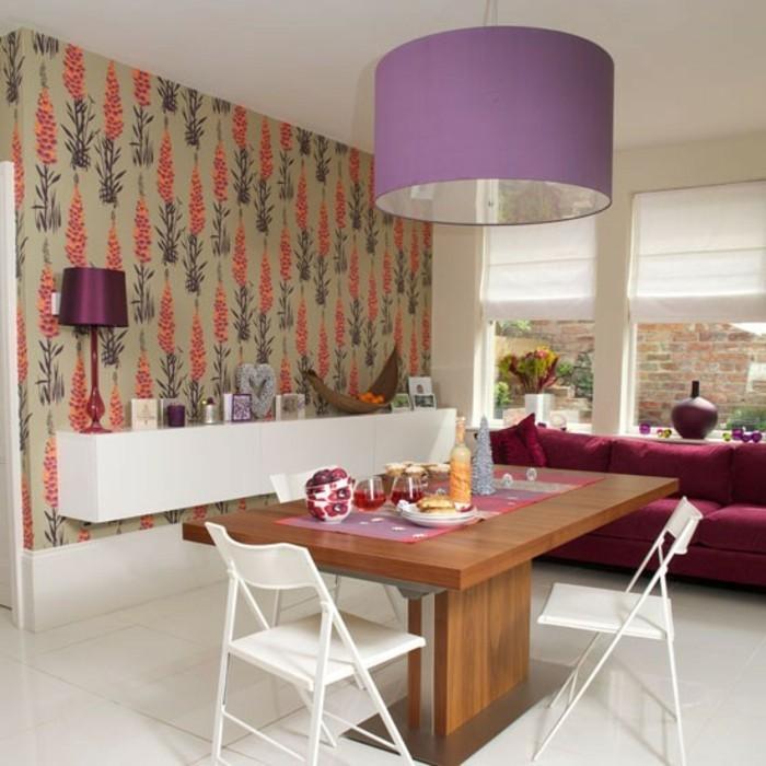 bunte-kreative-wandtapete-im-schönen-wohnzimmer-lila-kronleuchter