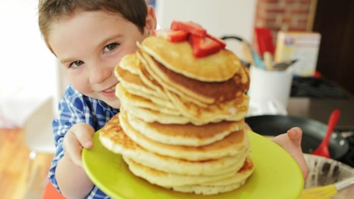 der-kleine-sohn-überrascht-seinen-vater-mit-einem-leckeren-frühstück-coole-vatertag-geschenke-ideen