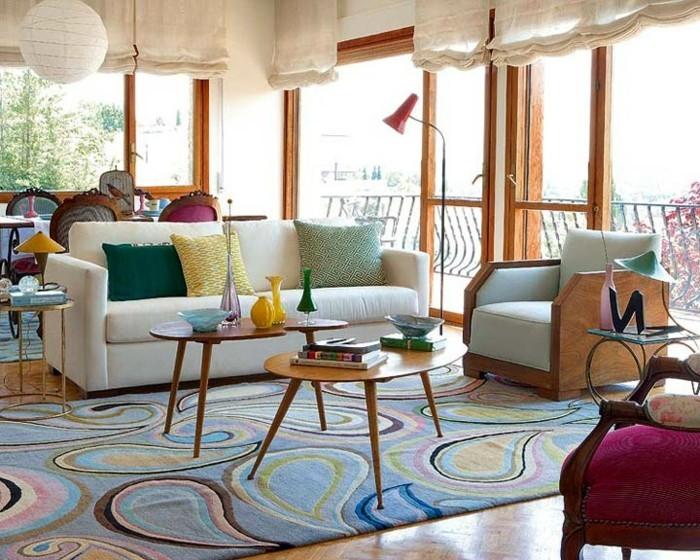 effektvolle-wandgestaltung-im-eleganten-wohnzimmer-große-fenster-vintage-dekoration