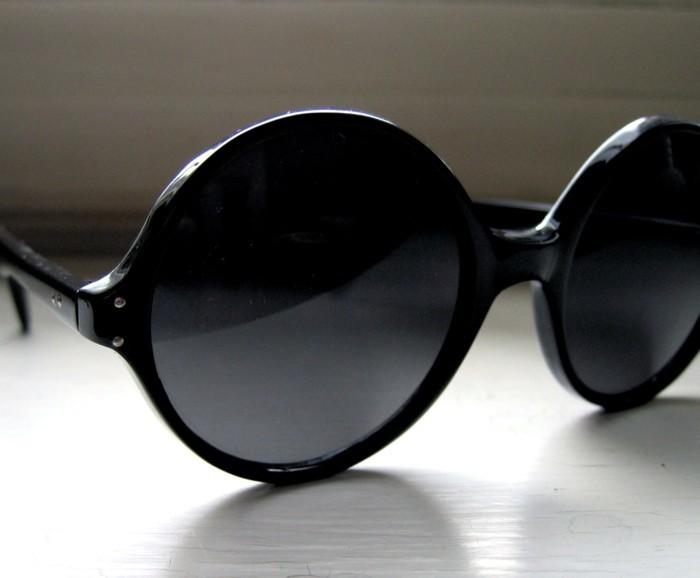 eine-große-schwarze-Runde-Sonnenbrille