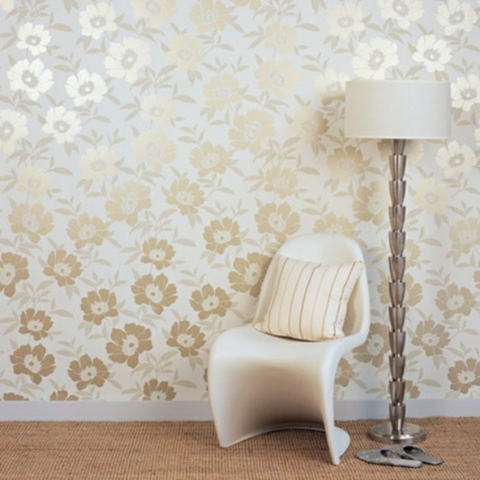 elegante-wandtapeten-goldene-blumen-schicke-möbel