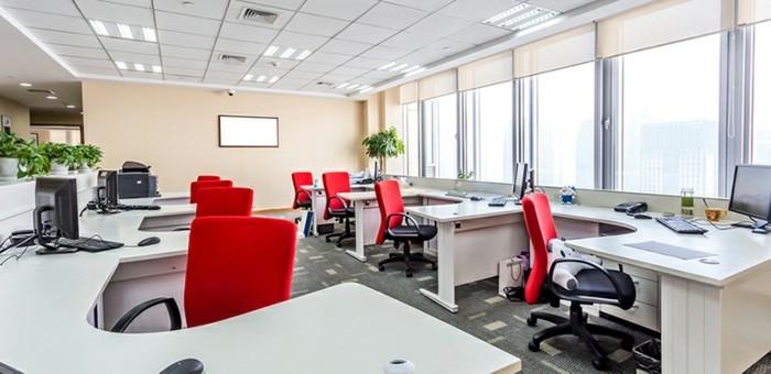 moderne büroausstattung mit roten ergonomischen stühlen