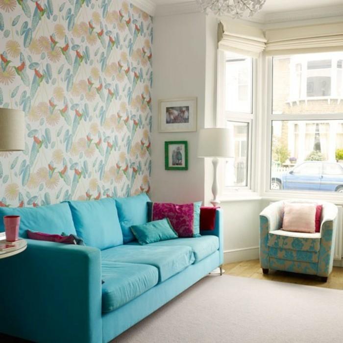 gemütliches-wohnzimmer-mit-sehr-tollen-tapeten-blaues-sofa-großes-fenster