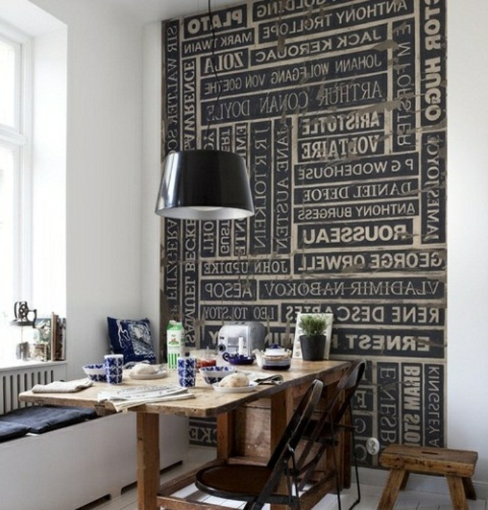 graue-wandgestaltung-schwarze-lampe-über-dem-tisch-kleine-küche-tolle-tapete