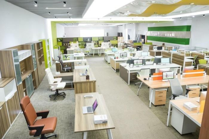 großer-büroarbeitsplatz-mit-modernen-büromöbeln