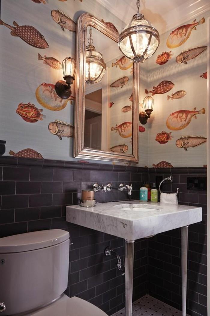 großer-spiegel-an-der-bunten-wand-im-kleinen-modernen-badezimmer