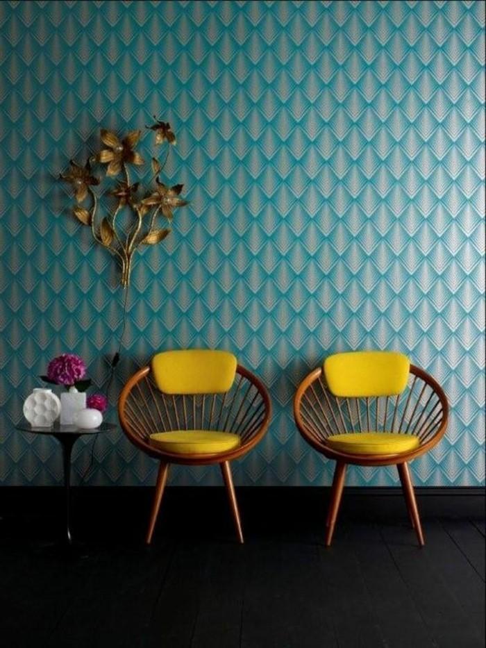 interessante-blaue-tapeten-im-zimmer-mit-zwei-kreativen-gelben-stühlen