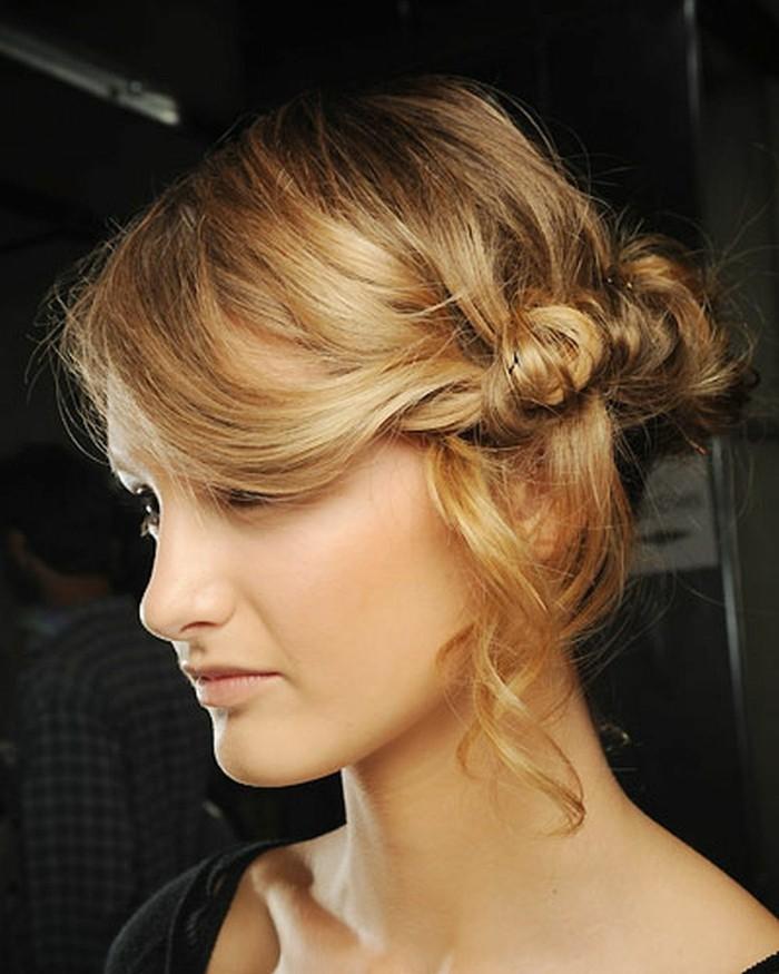 interessante-blonde-haare-ungezwungene-frisur-moderner-und-schicker-look