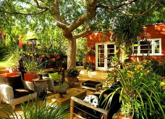 interessanter-schöner-garten-grüne-umgebung-sofas-und-sessel