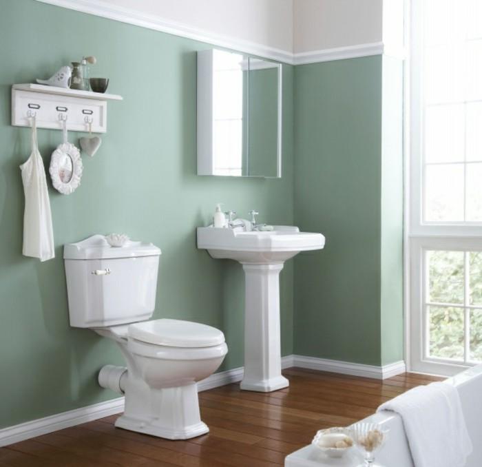 Weiße badmöbel in einem herrlichen badezimmer klein und gemütlich