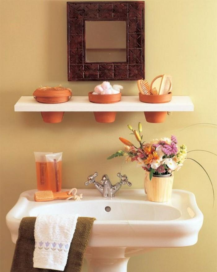 interessantes-kleines-badezimmer-mit-schönen-weißen-regalen