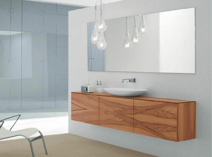 klassisches-modell-badspiegel-über-dem-waschbecken
