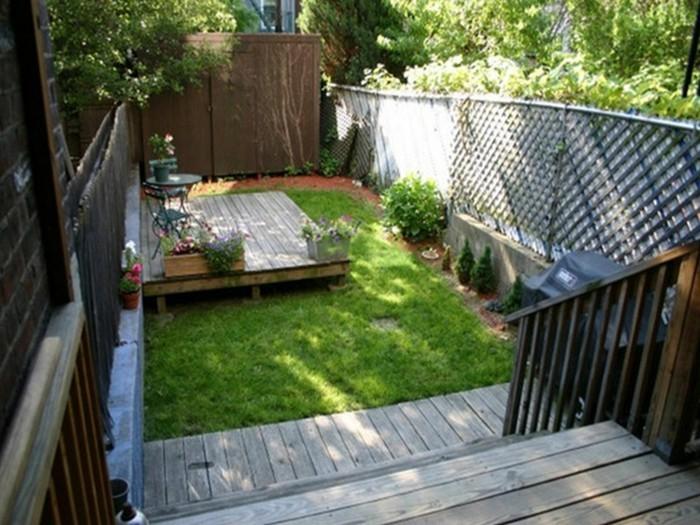 kleiner-hinterhof-mit-gras-und-zaun-paradies-auf-erde