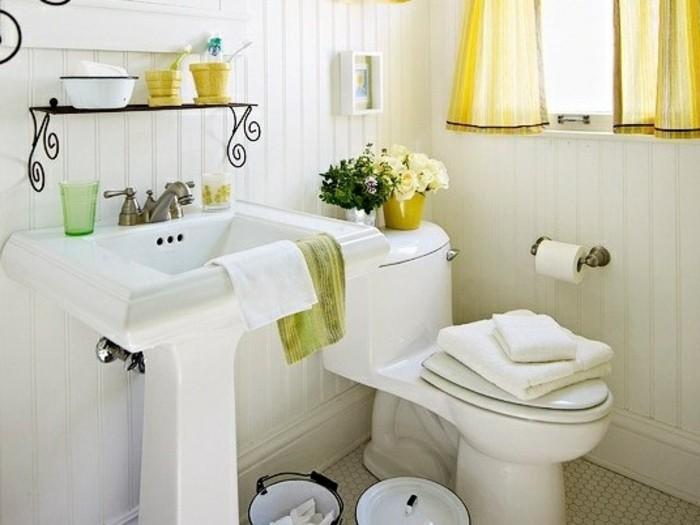 kleines-bad-einrichten-weiße-möbel-gelbe-süße-gardinen
