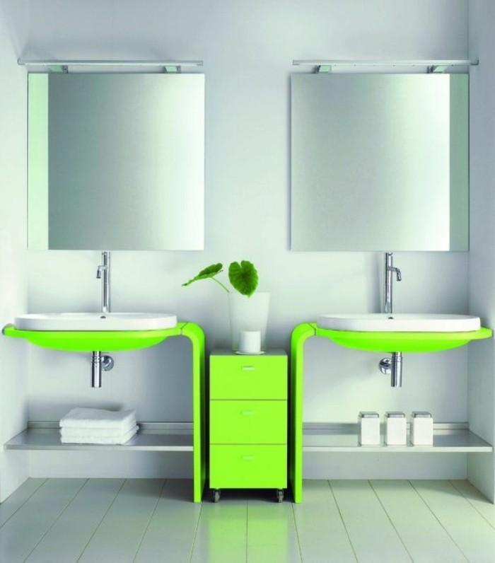 kleines-bad-einrichten-zwei-schöne-spiegel-und-waschbecken-in-grün