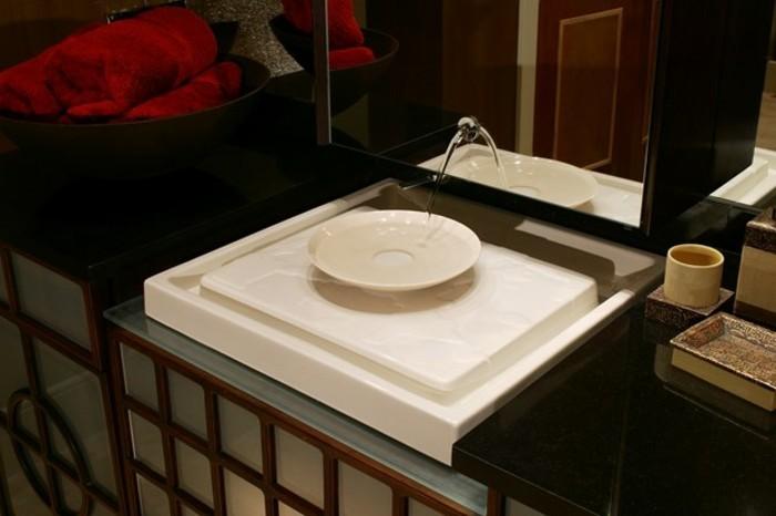 kleines-waschbecken-in-einem-modernen-badezimmer