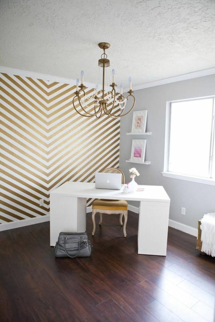 kreative-wandgestaltung-in-einem-eleganten-zimmer-weißer-tisch