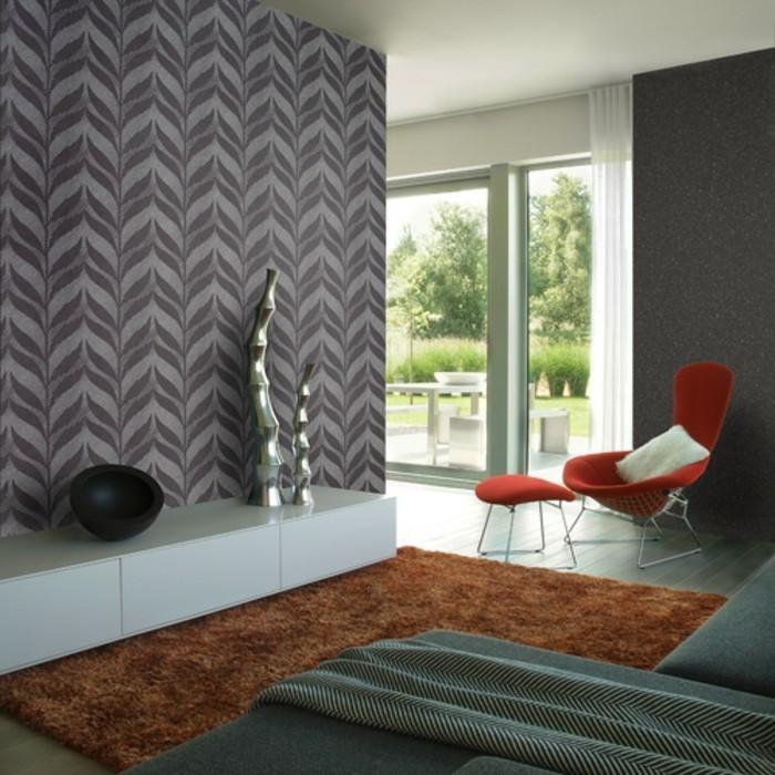 moderne-graue-wandtapete-in-gemütlichem-wohnzimmer-mit-einem-roten-stuhl