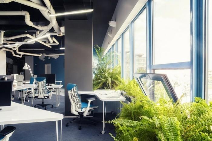 moderner-büroarbeitsplatz-mit-großen-fenstern