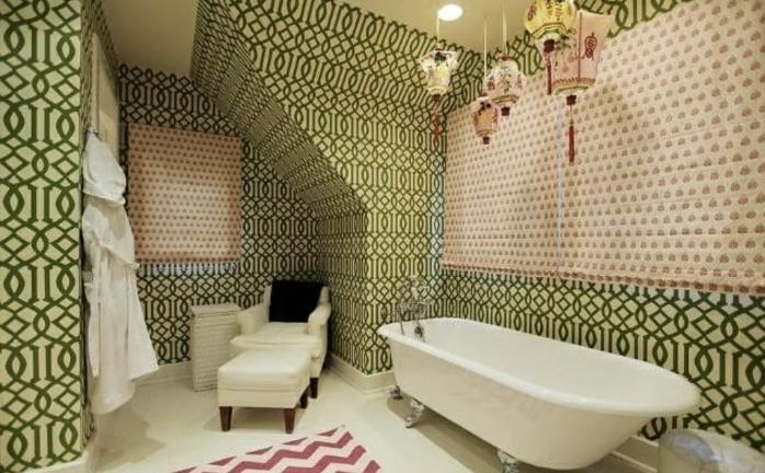 originelles-badezimmer-mit-einer-modernen-badewanne-tolle-wandtapete