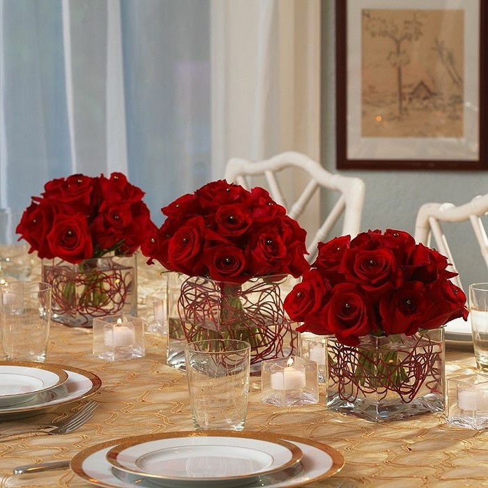 rote-schöne-blumen-auf-dem-tisch-diy-idee-für-eine-romantische-hochzeit