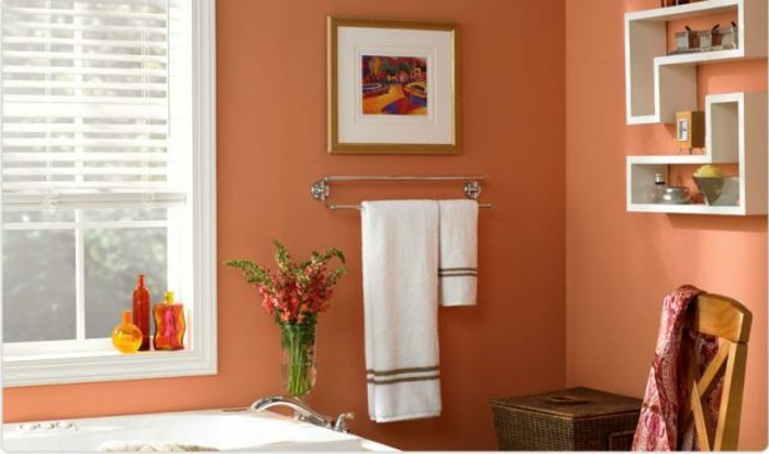 süßes-kleines-badezimmer-einrichten-viele-dekoartikel-an-der-wand