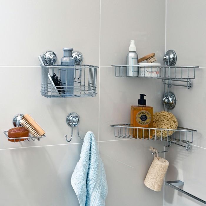 schöne-badaccessoires-in-einem-gemütlichen-kleinen-badezimmer