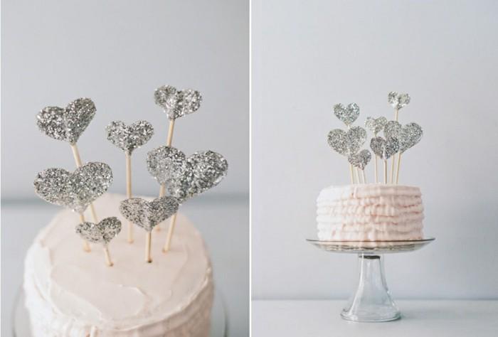 schöne-torte-mit-silbernen-herzen-diy-hochzeit-realisieren