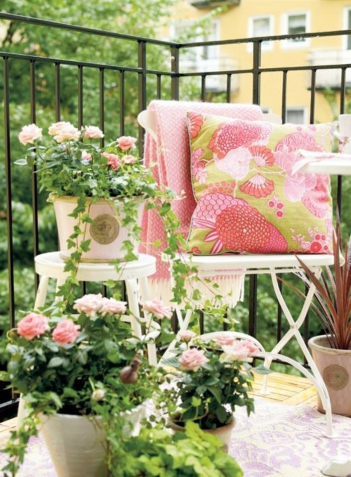 schöner-garten-balkon-mit-rosen