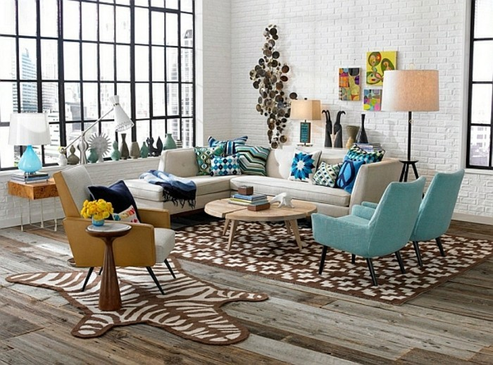 bilder wohnzimmer retro:sehr-interessante-retro-dekoration-blaue-stühle-große-fenster
