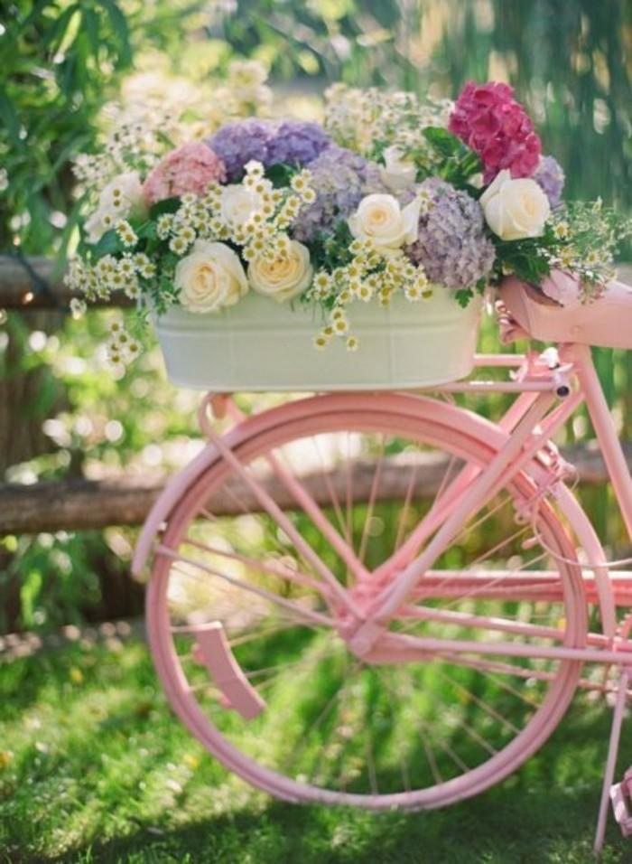 shabby-chic-garten-schöne-deko-mit-rosa-fahrrad
