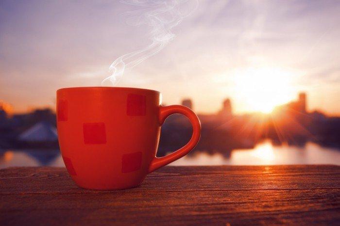 sonnenaufgang-und-eine-tasse-kaffee-am-morgen