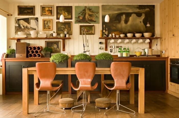 super-schöne-küche-mit-drei-vintage-stühlen-effektvolle-retro-deko