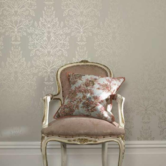 taupe-farbe-im-zimmer-glänzende-tapeten-aristokratischer-sessel