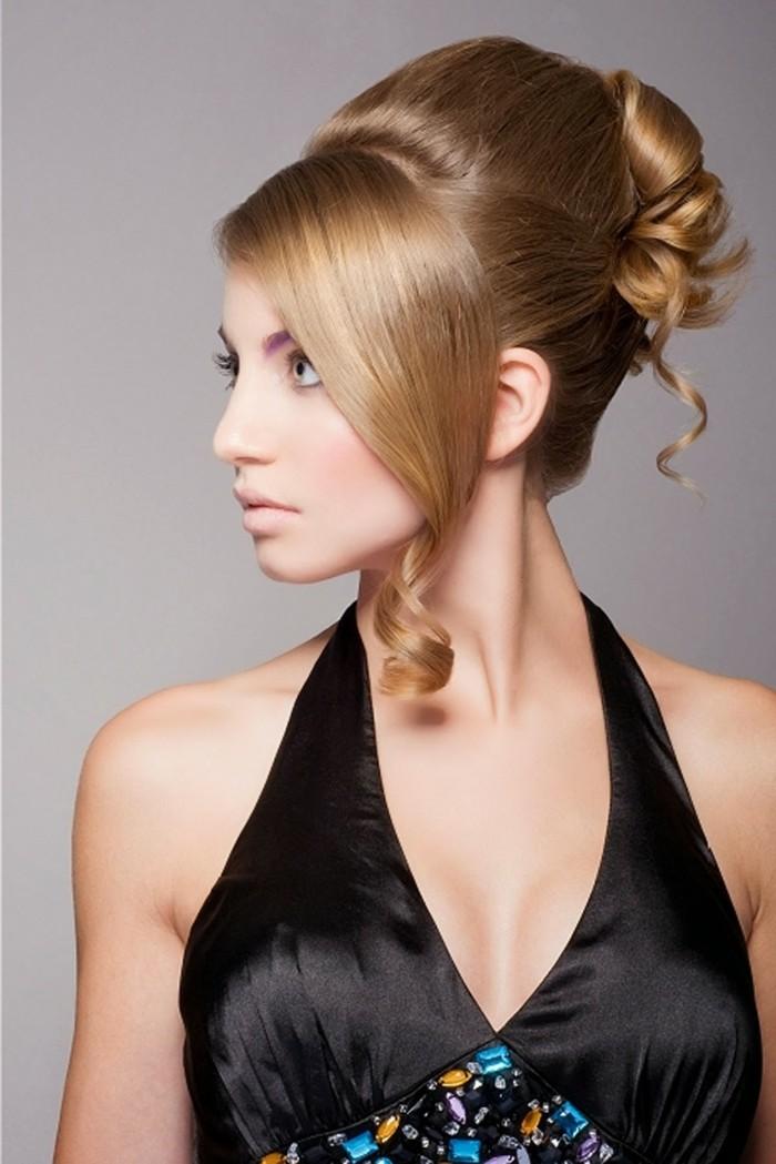 updo-haarfrisur-elegante-blonde-haare-schwarzes-glamouröses-kleid