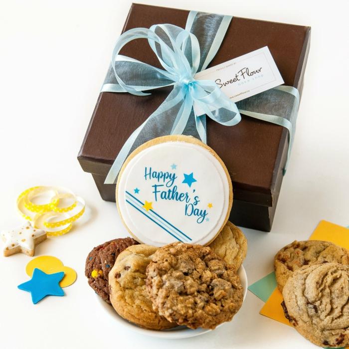vatertagsgeschenke von kinder, leckere kekse in luxuriöser geschenkbox