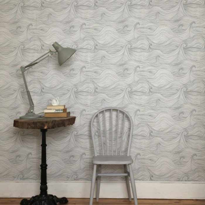 weiße-interessante-wandtapete-retro-lampe-weißer-stuhl