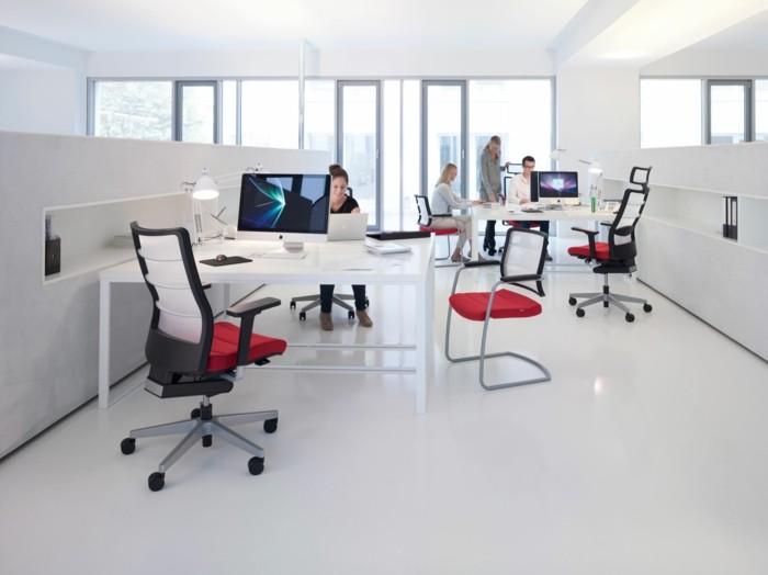 weißer-büroarbeitsplatz-kreative-gestaltung-kleine-trennwände
