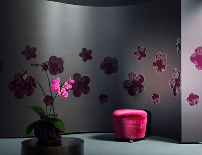 wunderschöne-tapete-mit-rosigen-blumen-effektvolles-zimmer