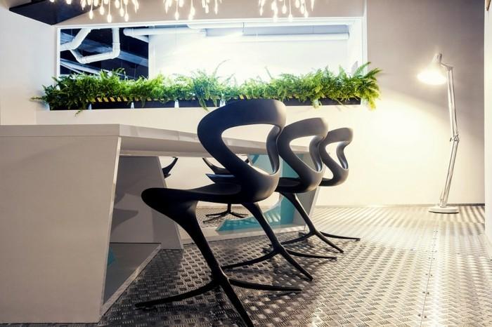 wunderschöner-büroarbeitsplatz-mit-modernen-und-bequemen-stühlen