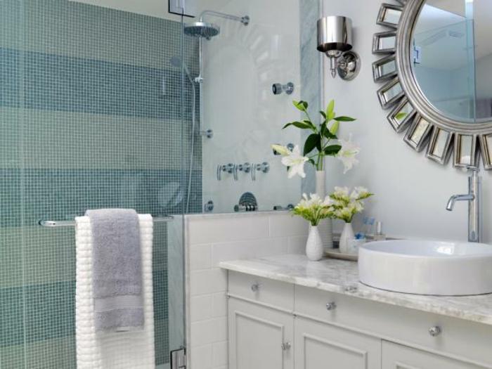 wunderschönes-modell-kleines-badezimmer-einrichten-eleganter-spiegel-an-der-wand