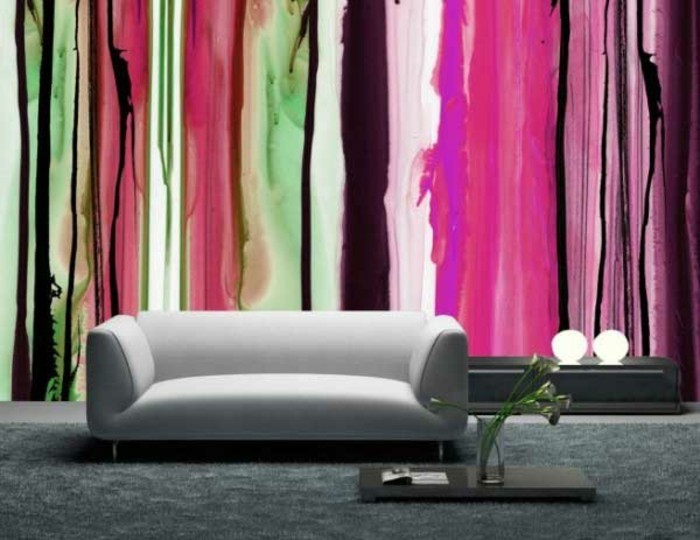 wunderschönes-modell-wohnzimmer-mit-einem-weißen-sofa-bunte-wandtapete