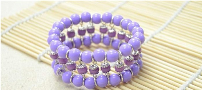 Armbänder-mit-Perlen-selber-machen-in-lila-Farbe