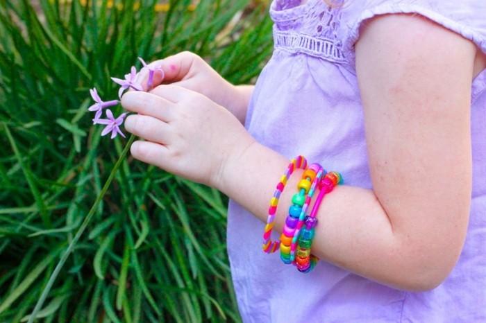 Armbänder-selber-machen-für-ein-kleines-Mädchen