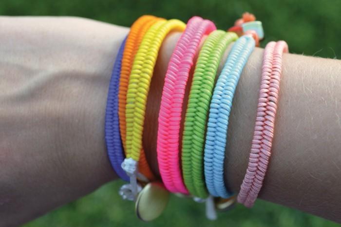 Armbänder-zum-selber-machen-in-verschiedenen-hellen-Farben