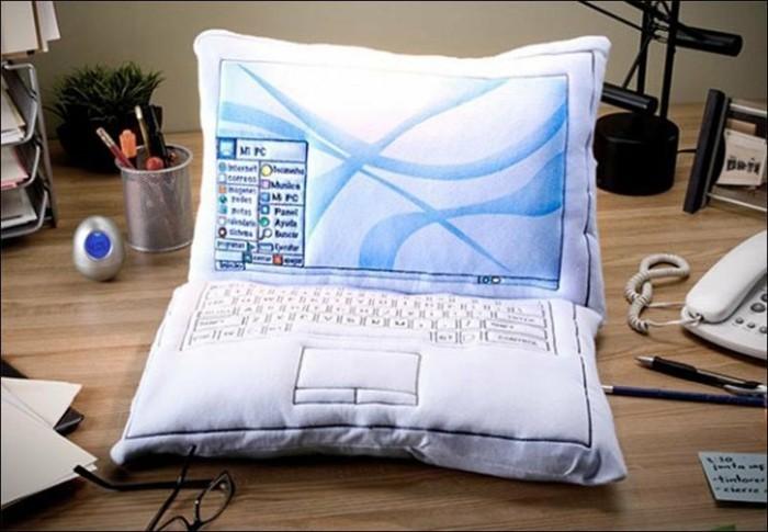 Ausgefallene-Kissen-wie-Laptop-um-das-Gerät-nicht-zu-vermissen