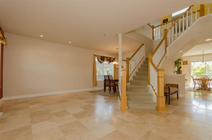 Bodenbeläge-Wohnzimmer-in-brauner-Farbe