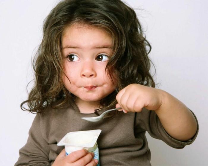 Bulgarischer-Joghurt-ein-süßes-Mädchen-isst