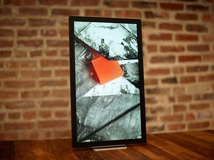 Digitaler-Bilderrahmen-kann-in-verschiedene-Position-gestellt-werden