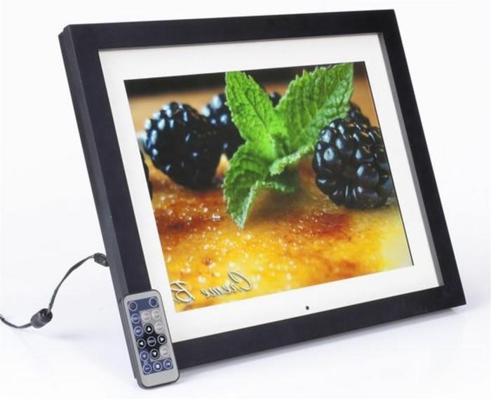 Digitaler-Bilderrahmen-mit-kleiner-Fernbedigung